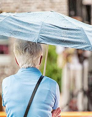老人雨天安全出行要注意什么