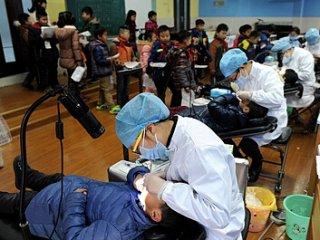 口腔医院为学生免费做窝沟封闭