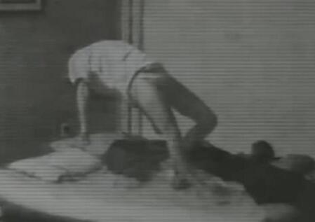女子睡前装夜视摄像机 拍到诡异真相