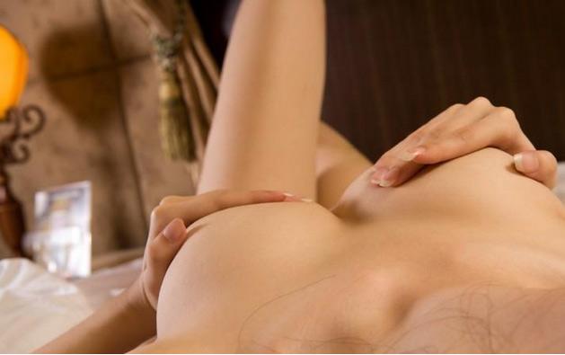 性感美女叉开她那诱惑的双腿