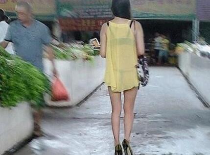 姑娘,就买个菜至于穿成这样吗!