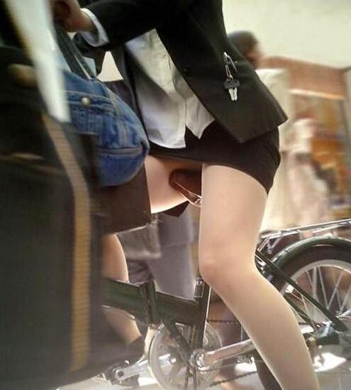 这种着装骑车会不会不太好啊! 看不到关键地方啊。。