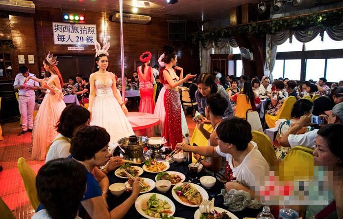 泰国芭提雅,东方公主号游轮上的人妖表演,只需要20泰铢(约合4元人民币)便可以随意抚摸合影,游轮上还给前来观看的游客提供餐饮服务,几乎所有中国的旅游团都会有此行程。