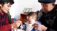 100101李俊利父母在喂李昀朔喝米汤鸡蛋