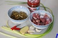 蒜苗酸豇豆爆鸡杂的做法