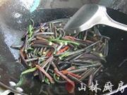 腊肉炒山蕨的做法