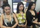 辣妹在北京地铁上拿避孕套往脸上敷 引网友批评