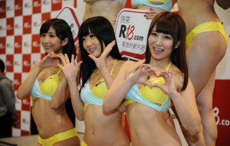 澳门亚洲成人展 比基尼美女大玩女体盛宴