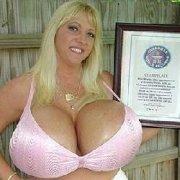 令人惊奇!世界最大的胸2个胸有18斤!