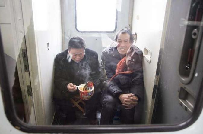 过年回家一票难求  他们买站票在火车角落蜷缩一天