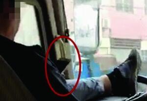 找死呢!公交司机闹市中用脚开车 双手离开方向盘玩手机