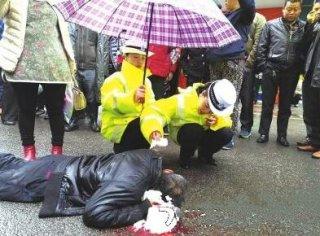 传播正能量!老人突发癫痫摔倒 3名中学生挺身相救