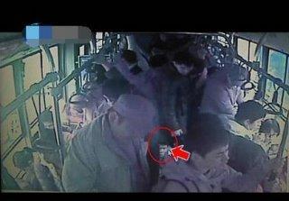 残障小伙公交车上的一个举动 令全车人感动不已