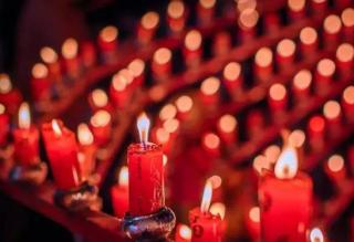 男子点红烛庆新婚  岂料新房被烧成碳