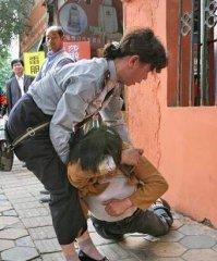 城管遭中年女子辱骂撕扯 该女子被拘留