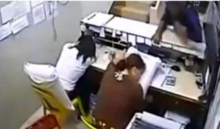 两女子上班睡觉  摄像头拍下了惊心动魄的一幕