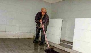 82岁老人和40岁儿子相依为命   平时依靠扫厕所拾荒为生