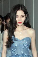 四千年美女鞠婧祎雪肌蓝裙仙气足   自提裙摆现身竟遭偷瞄