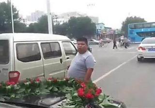 婚车路边遇碰瓷  霸气公公下车一句话摆平碰