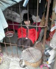 女子被关树林铁笼10年   其弟弟竟称:当地政府知情