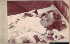 真正的死不瞑目 100年前为女尸拍摄的照片