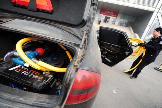 """北京查货""""偷油车"""" 内置自制油桶可容油量惊人"""