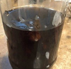 """爷爷给孙子买可乐解渴  喝到一半发现""""瓶中瞪着一双眼睛"""""""