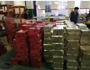 """为侦破""""假烟案""""  民警手拆5000多个包裹拆到吐"""