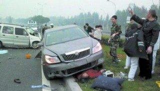 四车连环相撞 司机被撞成脑震荡走路都在摇晃