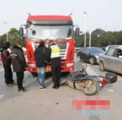 宁等三分不争一秒!女子斑马线遭右转货车撞倒 腰部被碾身亡