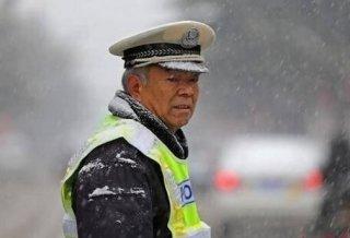 丽江法官更博指57岁交警冒大雪执勤为作秀 今已被停职检查