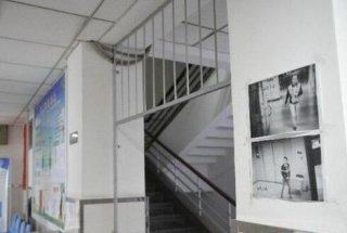 西安一医院楼道贴小偷照片引争议 律师:提醒防盗是好意但行为不妥
