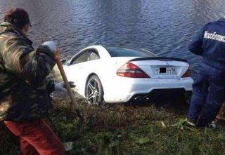 钓个鱼把车开进河里 车门一打开让人哭笑不得