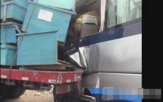京沪高发生多车追尾事故 导致二十多人受伤送医