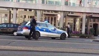 男子开车撞死行人后逃逸 与警察对峙被开枪击倒