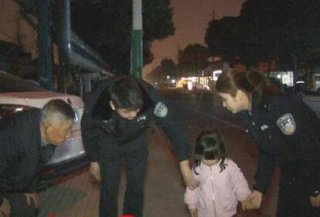 夫妻吵架竟迁怒孩子 3岁女儿被丢下车待路边近3小时