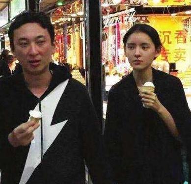 王思聪新欢素颜曝光被女服务员抢镜 网友大呼品味又差了