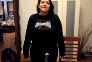 """好厉害的""""胸器""""!女子用胸砸扁啤酒罐"""