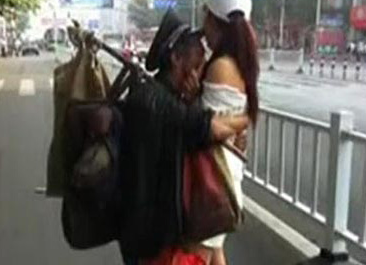 流浪汉与美女街头一见钟情 又搂又抱还亲吻