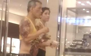 泰国国王有新欢?与陌生女子逛街被拍  女子衣着火辣纹身惹眼
