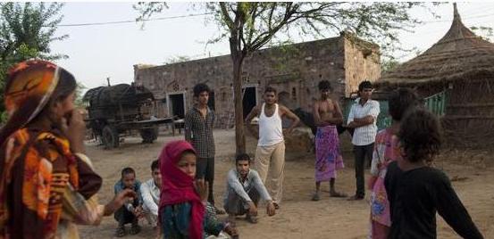 难怪印度女人容易被性侵,原来她们都这样上厕所!