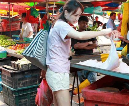 """""""高小琴""""被目击低调现身国外菜市场 网友:这么快就放出来了?"""