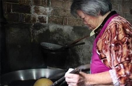 """七旬老奶奶做的""""巨无霸""""小吃 有人从早排到晚只为尝一口"""