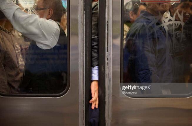 盘点世界上最拥挤的十条地铁,有人直接挂在地铁上面