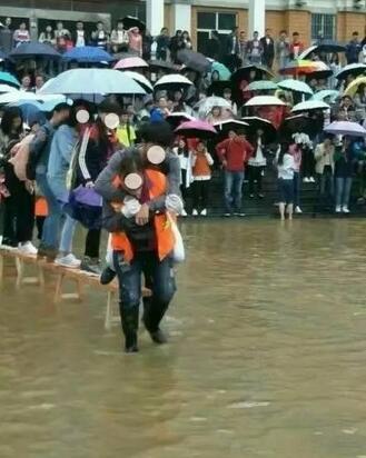 关于环卫阿姨背学生过水事件,阿姨回应:我们自愿的!
