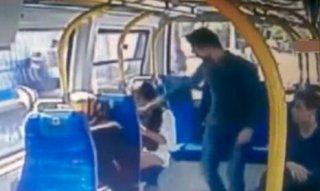 男子公车上怒抽陌生女孩耳光全因穿了短裤:男人会想入非非