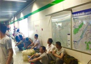 """农民工地铁站蹲坐等候两小时 只因怕耽误""""城里人""""上班"""