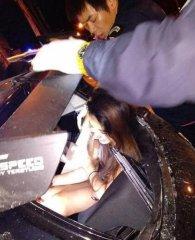 外籍男与女子车内偷欢,司机分心致车祸1死2伤!