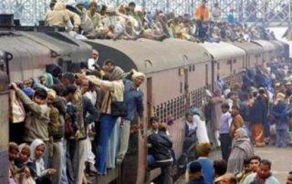 开了挂的印度,每年近万人因徒手扒火车而死,仍死性不改!