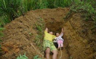 """2岁女儿重病,父亲为其""""挖坟等死"""""""